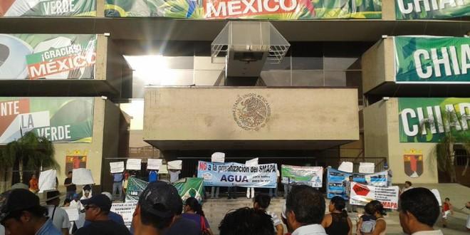 """Chiapanecos en Defensa del Agua, marchan en Tuxtla Gutiérrez, ante un gobierno """"verde ecologista"""" que no los ve ni los escucha."""