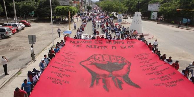 Solidaridad con los alumnos normalistas de Ayotzinapa, en marcha de estudiantes y magisterio en Chiapas