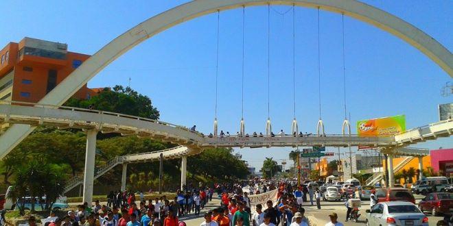 «No solo es por Ayotzinapa es por todo el país», padres de normalistas de Guerrero, en Tuxtla Gutiérrez.