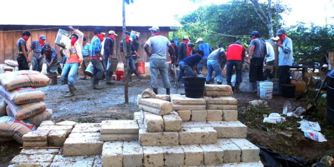 """«Las niñas y los niños indígenas zapatistas, asisten a la escuela y clínica más cara del mundo"""",  EZLN"""