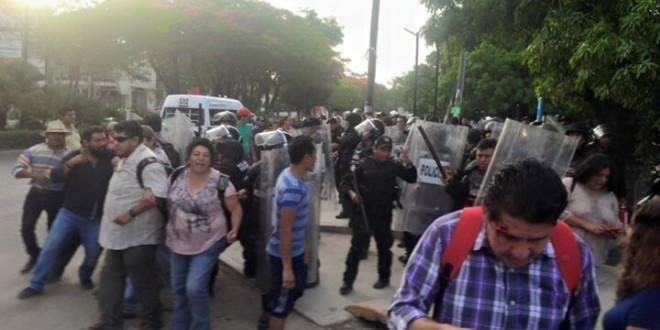 En Tuxtla Gutiérrez y Suchiapa, granaderos agreden a maestros que protestan contra la «evaluación educativa».