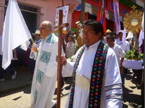 Simojovel Chiapas: Líderes priístas continúan hostigando al padre Marcelo Pérez y al Consejo Parroquial.