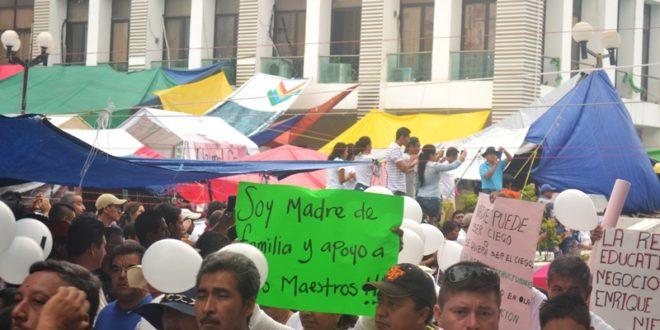 «No permitiremos maestros sustitutos», padres de familia a maestros en huelga