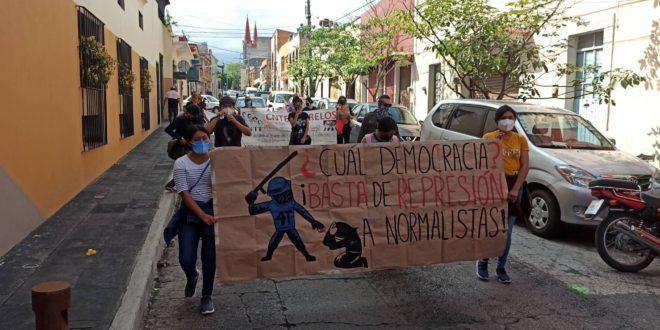 """En Morelos, marcha-mitin en apoyo a la Normal Rural """"Carmen Serdán"""" de Teteles, Puebla"""