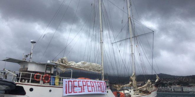 Embarcación zapatista arriba a Galicia, con el mensaje «DESPERTAD»