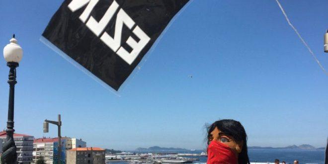 Por las calles de Vigo, Galicia camina una mujer zapatista